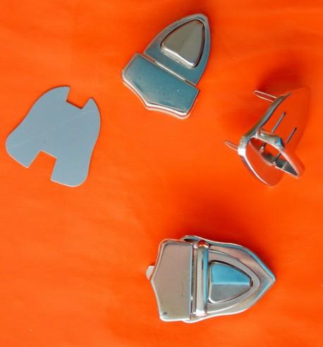 Fermoir argenté triangulaire à clipser